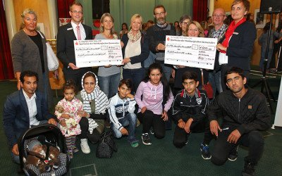 """Ausstellung """"Kinder einer Welt"""" – Sparkasse überreicht Spende an Flüchtlingshilfe"""