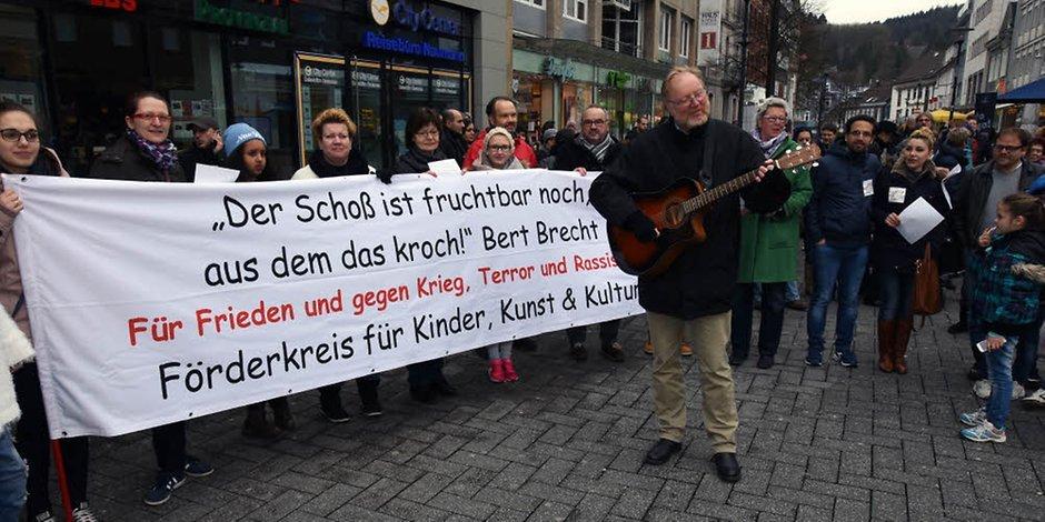 Singen gegen Rassismus in der Gummersbacher Innenstadt