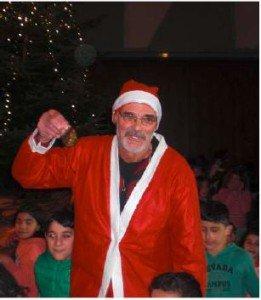 Weihnachtsmann bei Weihnachtsfeier der Flüchtlingshilfe Wiehl